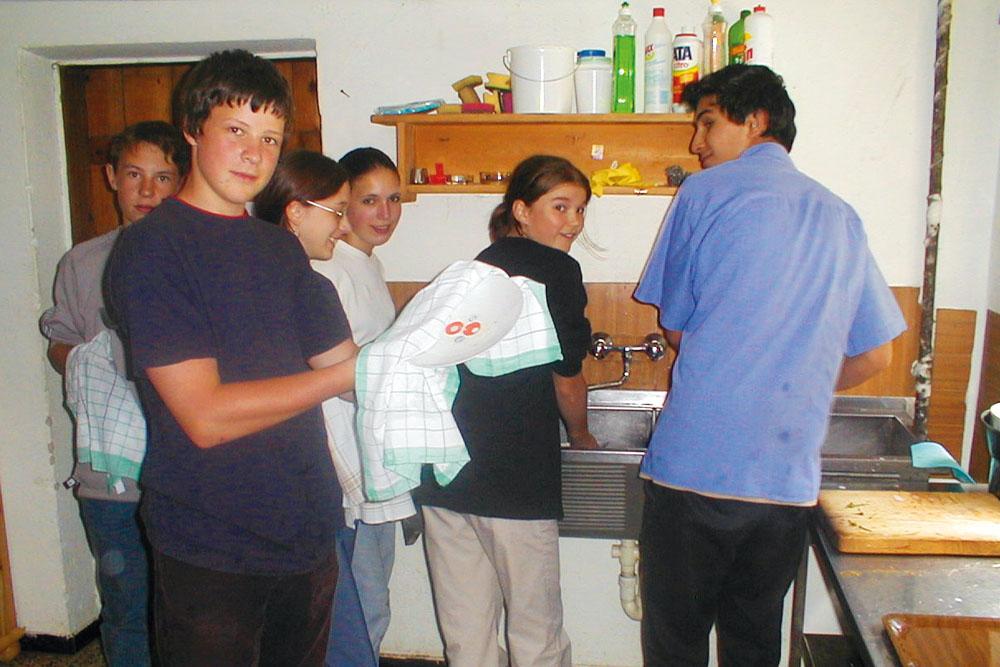 erlebnispaedagogik sv schueler kochen abwasch projektwoche klassenfahrt schullandwoche