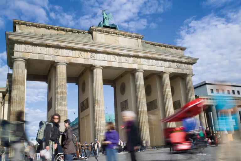 berlin brandenburger tor menschen staedtereise projektwoche klassenfahrt