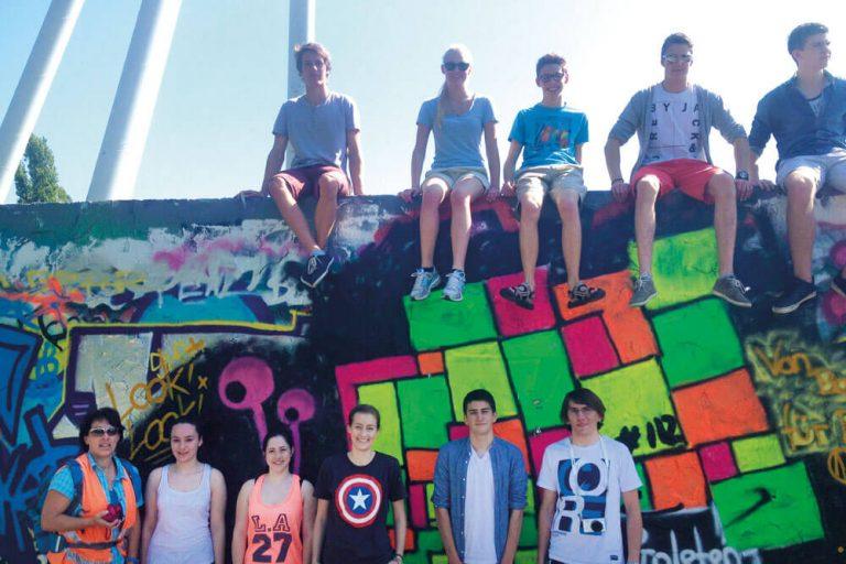 berlin schueler gruppe mauer graffiti staedtereise projektwoche klassenfahrt
